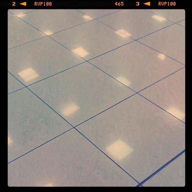 Отражение светильников в кафельном полу аэропорта Шереметьево (терминал E)